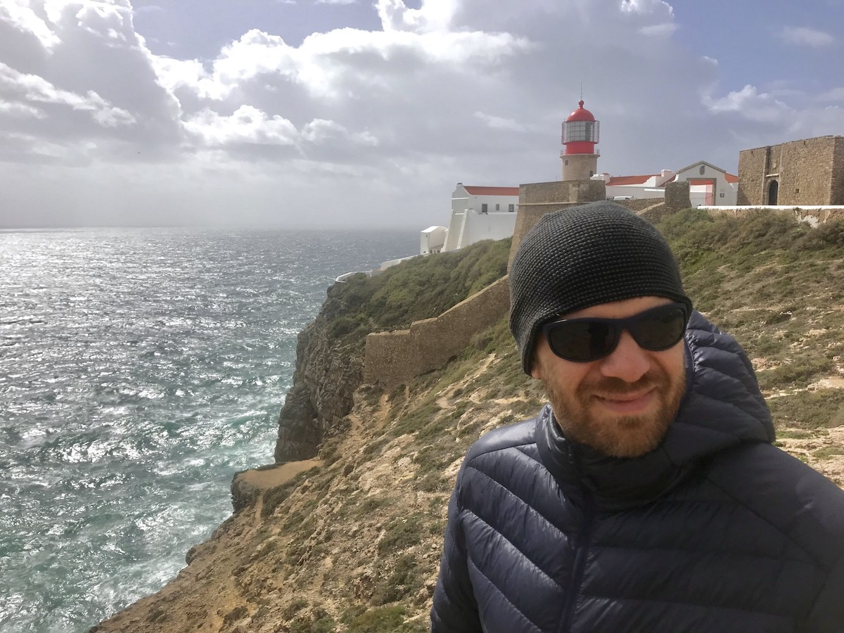 Guy wearing Polaroid P7334 sunglasses in Lagos, Portugal